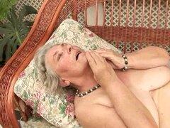 Cachonda abuela Margot sopla y llega golpeado al aire libre