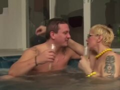Rubia de pelo corto-BBW-Milf con gafas follada en la piscina,