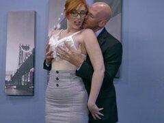 Secreetary nuevo obtiene golpeó en la oficina. Una nueva secretaria rubia sexy consigue golpeada inher primer día en el trabajo