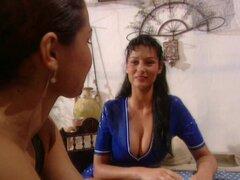 Carmen, Suzi y Vanda chupan una erección después de la comida en el clip de la historia retro