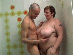Tio folla a señora gorda en la cabina de ducha