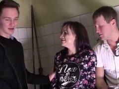 Pickupers rusos Obtén un ho. Dos pickupers rusos consigue una ho a follar con en esta película caliente