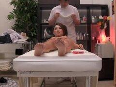 Japonesa puta follada por mi martillo en video de masaje voyeur, un día una zorra japonesa vino a mi salón y me pidió que follar duro su lujurioso túnel del amor. Estuve de acuerdo en ofrecerle un masaje de coño bien merecido por lo que cogió su bun de go