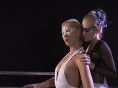 Bailarina lesbianas teniendo diversión, dos lesbianas bailarín en trajes y medias iniciar algún apasionado coño lamer entonces agujeros de digitación hasta que los dos tienen orgasmos lesbianas