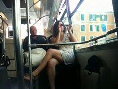 Autobús bonito francés upskirt. Autobús bonito francés upskirt