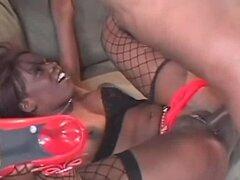 Ebony follada después de Tanga depilado