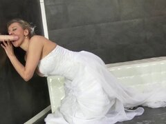 La novia recibe bukkake wam. Novia recibe bukkake wam después montando polla falsa gloryhole