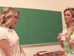 Juguete de maestro folla el culo de su estudiante lesbiana sexy