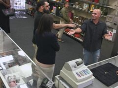 Clientes sexy esposa obtiene su coño golpeó en la casa de empeño, esposa de clientes tiene su coño follada con el pervertido hombre de peón en la trastienda de la casa de empeño