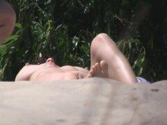 Dos morenas desvergonzadas extendiendo sus piernas en la playa, una mama caliente blanco Desnudo acostado en una playa con sus grandes tetas para arriba y su coño afeitado en el sol. Otro hermoso marrón pelo ajuste puta es mentira en la playa con su peque