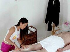 Perno prisionero atrapado teniendo sexo durante el masaje. Perno prisionero queda atrapado teniendo sexo con un bombón durante masaje