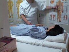 Peludas Jap chick obtiene un creampie en masaje escondidos video, peludo y muy linda japonesa chica obtiene su arranque agrietado abierto por su verga masseur.s y recibe un creampie grande en este video de masaje voyeur y se ve simplemente genial en todos
