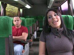 Esta mama morena boobed grande se folla en el bus