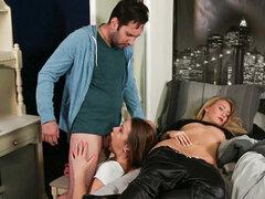 Abby la Cruz en la silueta, escena 02 - BSkow, Bob ama Carol. Carol muere. Bob se queda para dar a su hija adolescente enemistada, Dana, que no sabe cómo hablar. Dana se 18 y Bob decide hacer un buen partido para ella. Ordena un pastel de un panadero negr