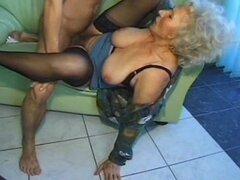 Vieja esposa madura amateur la chupa y folla con corrida