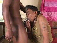 Abuela negra obtiene alguna polla joven