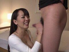 Gigantescas tetas japonesas y una cintura delgada están sexy en el polluelo cachondo - Hitomi Tanaka