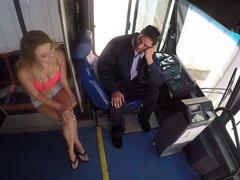 Chica en un bus quiere jugar con erección rígida del conductor randy - Natalia Starr