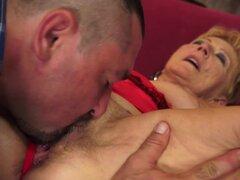 Abuela con coño peludo se folla en la parte superior como las tuercas