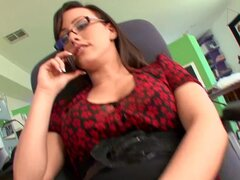 RawVidz Video: Secretaria caliente folla a su jefe, uno aquí está satisfecho secretaria morena travieso dispuesto a hacer todo lo necesario para mantener a su jefe. Ver ella devorando su polla antes de conseguir desnudo y dejándole libra su dulce almeja r