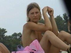 Chicas sinceras playa caliente, desnudas, captado por la cámara, dos chicas muy calientes playa franca fueron capturadas por la cámara mientras exponiendo sus cuerpos sexy, firmes y desnudos en una playa para nudistas. Este video voyeur de playa nudista n