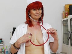 Enfermera madura pelirroja dulce con puss desnuda