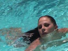 Pelirroja caliente Gianna en piscina