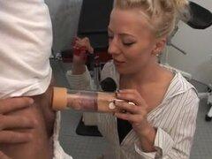Alemana rubia en medias consigue una follada anal, impresionante mirando rubia alemana consigue su coño y el culo cerrado de golpe por dos chicos en este gran trío anal video.