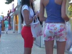 Video calle Cándido de butt sexy chicas en público, dos nenas están paseando por la calle mirando muy fino con sus hermosa piernas envueltas en medias y sus botas ocultados detrás de pantalones cortos de mezclilla corto y deliciosamente apretado.
