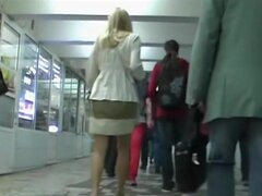 ¿Rubia filmada por un cazador de upskirt, te emociona en buscar faldas de chicas hermosas? ¿Es ver un culo upskirt atractivo hacer vuelta u? Luego seguir y divertirse este excelente episodio reciente de upskirt!