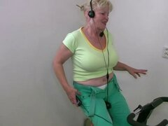 OldNannY Granny maduras desnudas Bohunka danza Showoff. Mayores rubia tetona madura gordita está bailando desnuda al ritmo irlandés