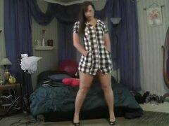 Yo m pela para mostrar mi coño. Me dio vuelta mi cámara y comencé a bailar provocativamente al principio de este hecho en casa video. Entonces decidí hacer las cosas aún más. Tomé de mi falda y mostró mi sexy cuerpo inmaduro y tetas enormes.