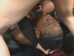Negro zorra Tiny Ebony con correa y cara follada en el piso. Zorra del gueto negro Tiny Ebony acollarado y atados para la cara muy áspero follando en el piso