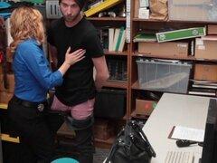La policía krissy Lynn Bangs Gal Jacker. Mujer policía Krissy Lynn Slamms Cutie ladrón