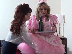 Madame C polla bofetadas rosa sissy Angeliica, criada sissy de seda rosa de Candy Angelica es martillo golpeó y regañó por Madame C