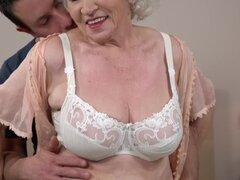 Abuela porno star follando a joven 2 de la Norma.