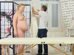 Rubia embarazada está recibiendo un masaje agradable sexo