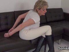 Sonia engaño a británica señora madura muestra sus tetas gigantescas. Toques de sonia de señora enorme titted bisexual ama de casa tetas gigantescas y los dedos extendieron a twat en calzoncillos