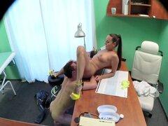 Enfermera sexy folla a médico en su escritorio