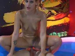 Follando en una piscina de Pee-666Bukkake. Rubia sexy es un amante de la orina extrema y ella hará cualquier cosa para probarlo en una piscina de orinar! 666Bukkake