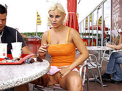 Video voyeur de ruba tetona follada en publico y bañada por semen espeso