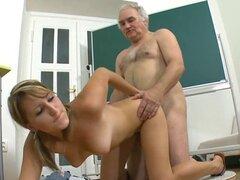 El profesor se está mojando. Lusty nena está dando maestro maduro una sesión de mamada lujuriosa