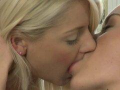Cariño de cama caliente de fumar. Dulces caricias y cama erótico besos con hermosas lesbianas