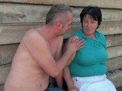 Abuela de grasa con 1 pulgada pezones consigue follada al aire libre