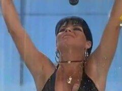 Chica linda morena Mostrar ofertas caliente falda en tv, deliciosa chica morena con un vestido corto, negro tiene que sentarse en un tubo con agua. El agua levanta su falda nos ofrece completo, vista libre a ella perfectamente redondo detrás cubierto por