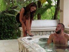 Encanto de la vaquera se une a su maridito en la tina del baño y obtiene clavada hardcore - Adriana Chechik, Danny Mountain