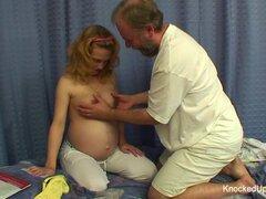 Linda y embarazada adolescente folla a un hombre mucho más viejo