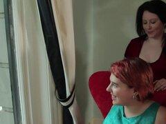 Pelirroja lesbiana peluda y afeitado coño más regordete. Chica lesbiana pelo rojo Amilie come a su novia morena regordeta Bianca luego gime ruidosamente cuando Bainca dedo folla su coño peludo