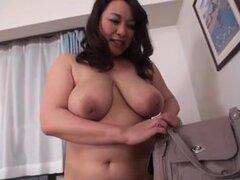 Milf japonesa muy tetona da un masaje erótico. Esta sexy y libre japonesa video porno muestra una milf desnuda nombrada Sumata, juggs verdaderamente grande, masajear la espalda de un chico afortunado.