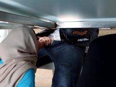 Adolescentes árabes roto MILF chupar fuera polla debajo de la mesa